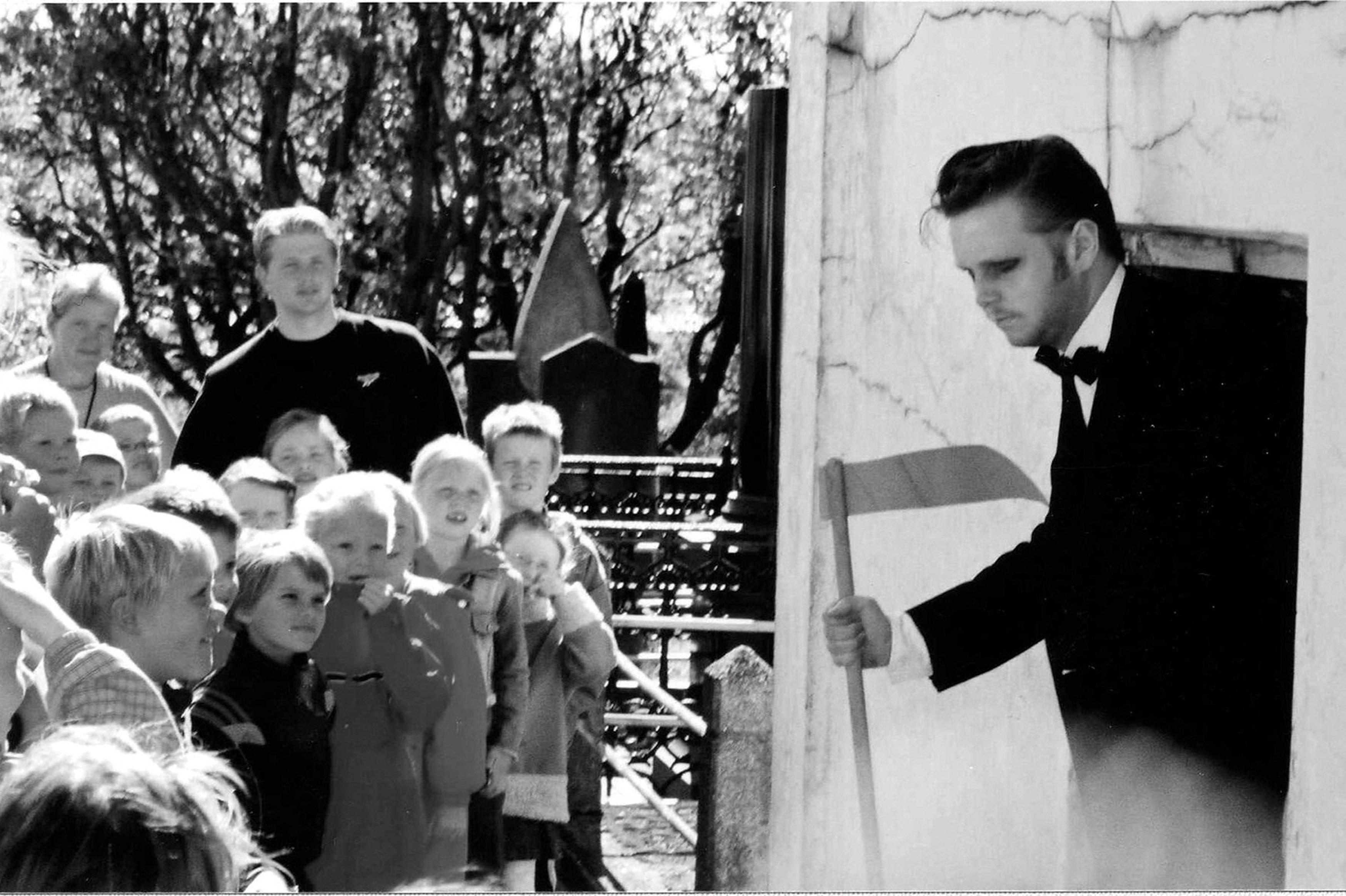 Ragnar Kjartansson - Death and the children, 2002